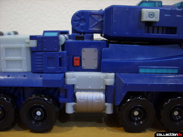 Animated Leader-class Autobot Ultra Magnus- vehicle mode (mid-body detail)