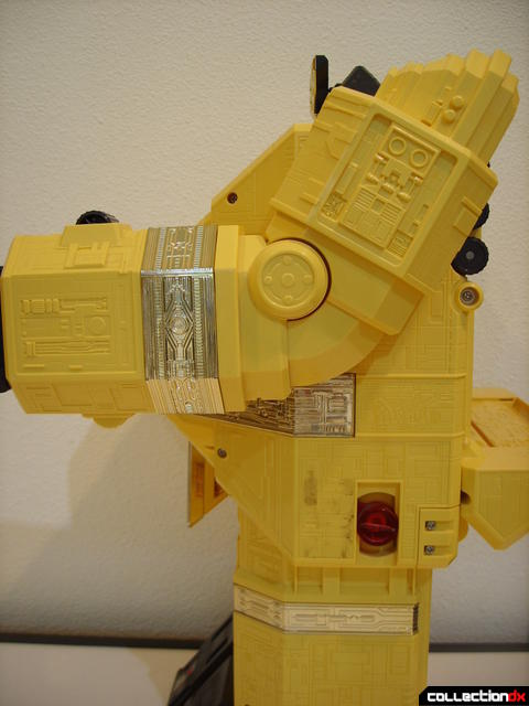 Deluxe Pyramidas The Carrier Zord- Robot Mode arm poseability (3)