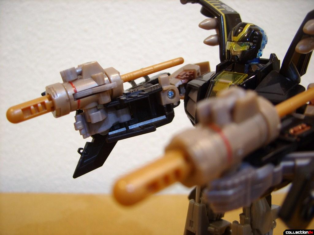 Deluxe-class Autobot Tomahawk- robot mode (holding missile launchers)